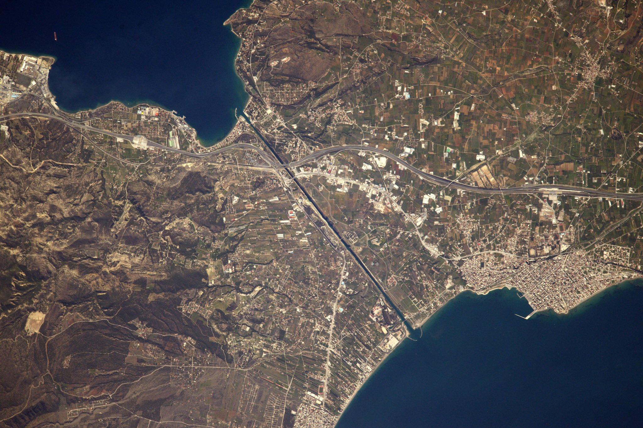Le canal de Corinthe délimitant la Grèce du Péloponnèse.