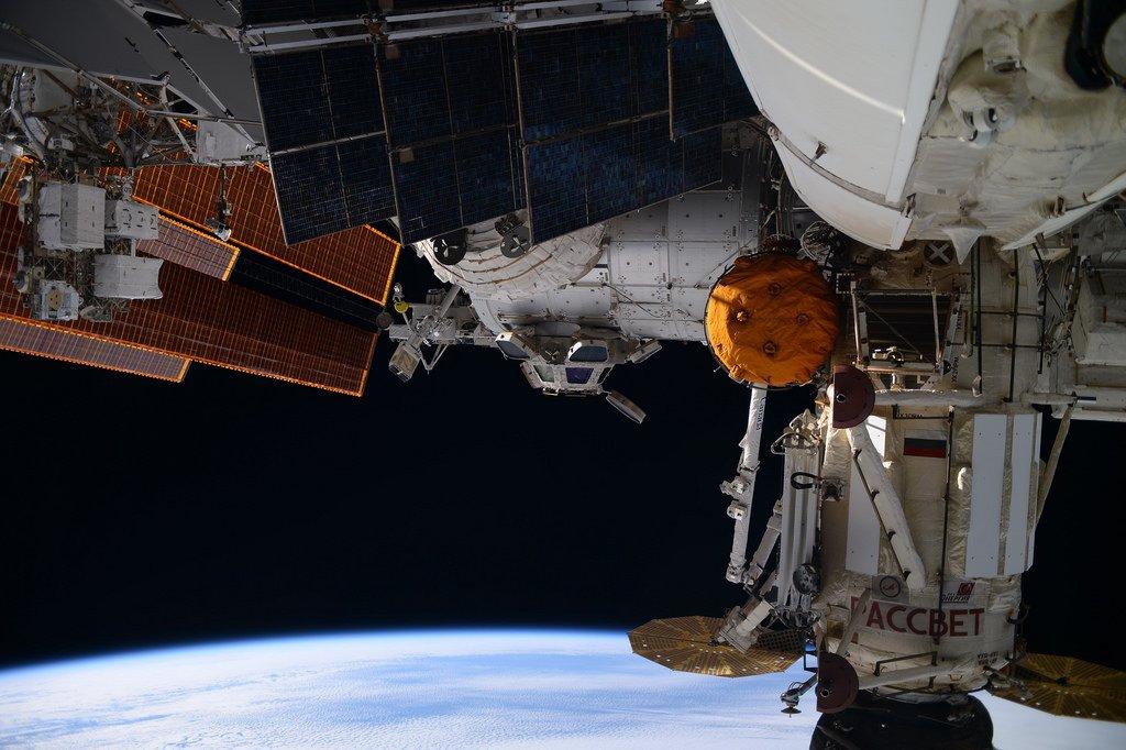 La Terre, avec une partie de l'ISS au premier plan.