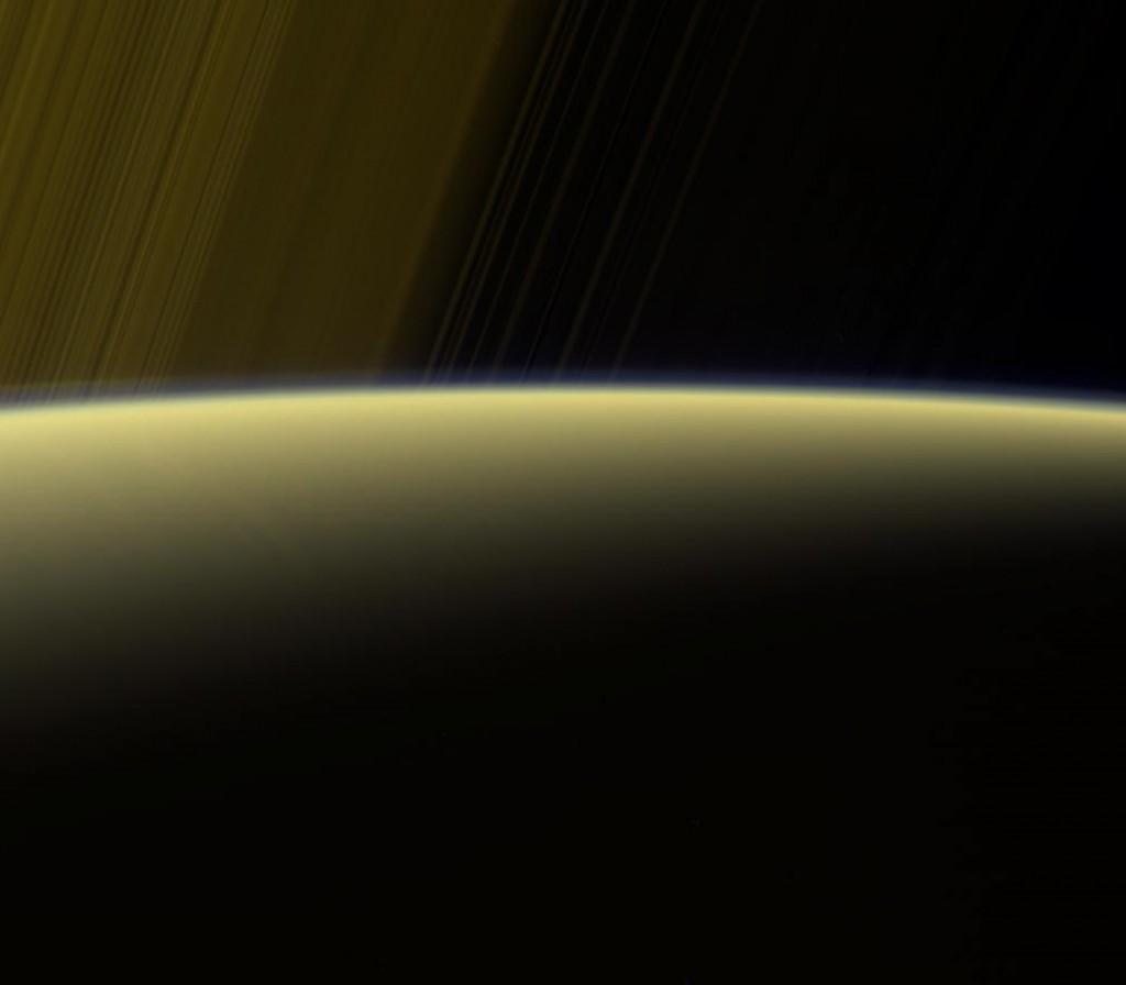 Photographie en fausses couleurs d'un lever de soleil sur Saturne